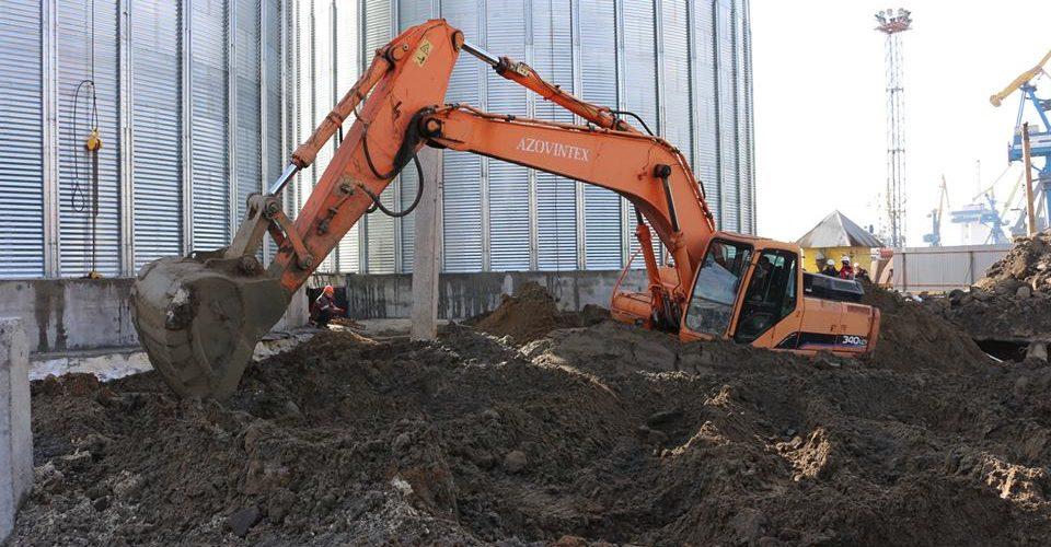 На будівництві зернового терміналу в Маріупольському порту робочі виявили старовинну бетонну споруду (ФОТО)