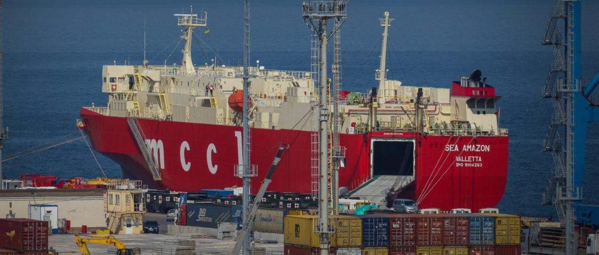 До Одеського порту прибула партія військових всюдиходів HMMWV від США