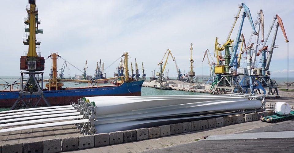 Бердянський порт опрацьовує перше судно з комплектами вітрогенераторів для Приморської ВЕС-2
