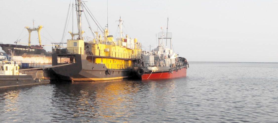Азовський судноремонтний завод спустив на воду два судна для Маріупольскої філії АМПУ