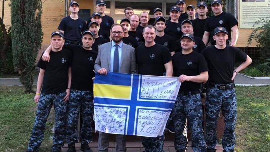 Звільнені українські моряки зібрали кошти для російського волонтера Котова