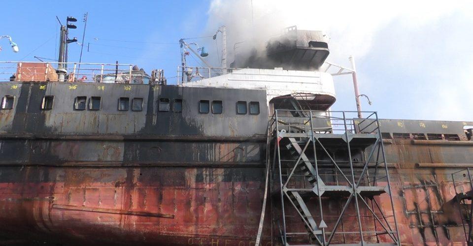 На суднобудівному заводі ім.Комінтерна загорілось судно, яке перебувало на ремонті