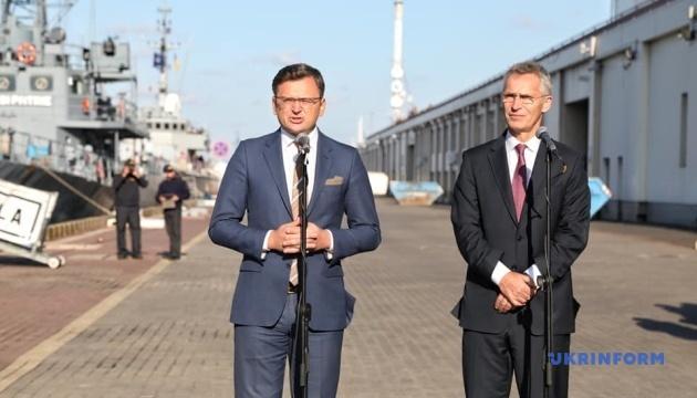 Надзвичайно важливо сьогодні бачити у порту Одеси поряд з українськими ВМС кораблі країн НАТО – Кулеба
