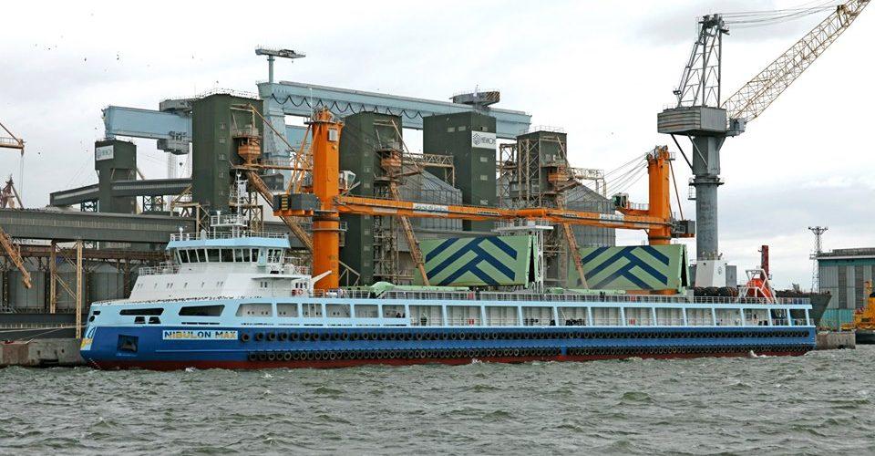 """Самохідний плавкран """"Nibulon Max"""" вперше завантажили 8,5 тис. тонн кукурудзи"""