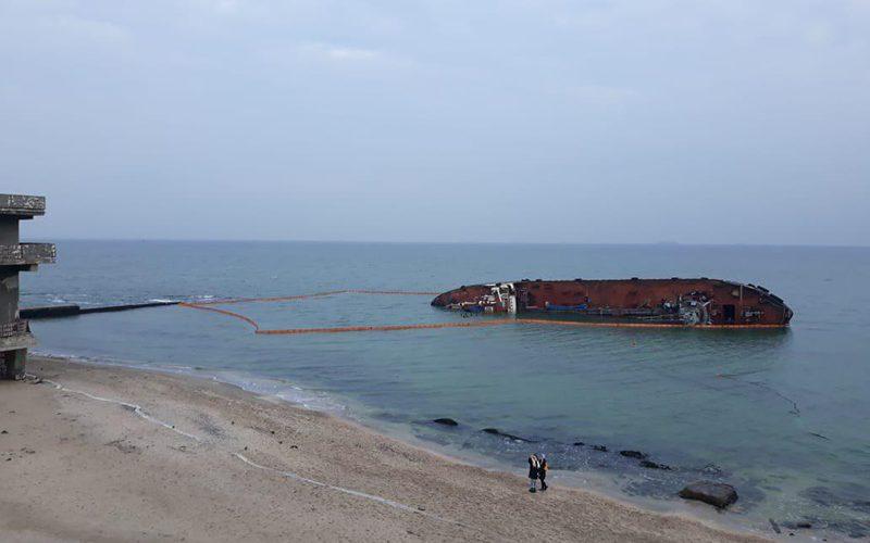 АМПУ встановило бонові загородження навколо аварійного танкераDELFI