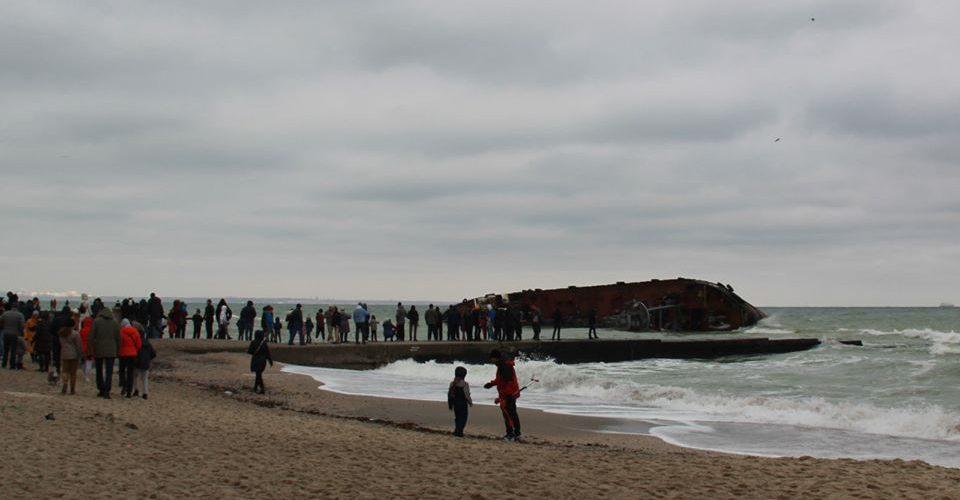 На місці аварії танкеру DELFI туристи затоптуюсь у пісок сорбуючі бони – АМПУ