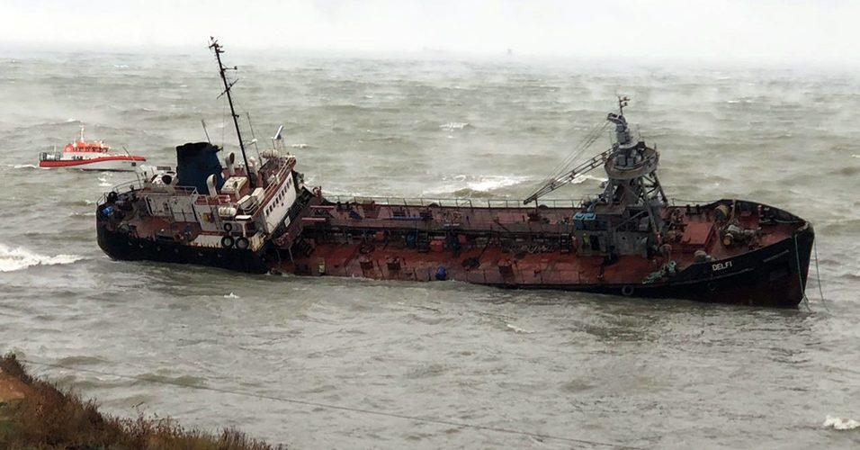 """Два моряка з танкеру """"Делфі"""" направлені до лікарні з переохолодженням середньої важкості (ВІДЕО)"""