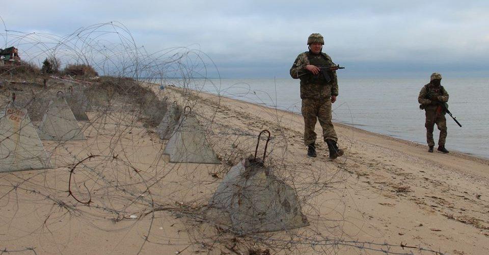 Гелікоптер ВМС відігнав від берега корабель берегової охорони ФСБ Росії на Азові