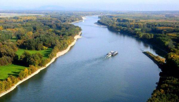 Річкове судноплавство на Дунаї було заблоковано після того, як на мілину через низький рівень води сіло українське судно