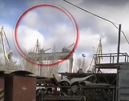 """Зіткнення двох кранів на суднобудівному заводі """"Океан"""" (ВІДЕО)"""