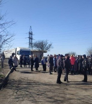 Місцеві жителі перекрили дорогу у Миколаївський порт для руху великовантажних автомобілів (ВІДЕО)