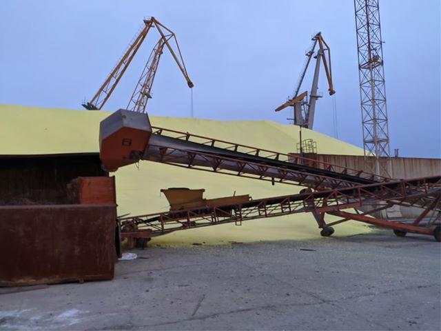 """У порту """"Чорноморськ"""" обвалилися стіни переповненого сховища з сіркою"""