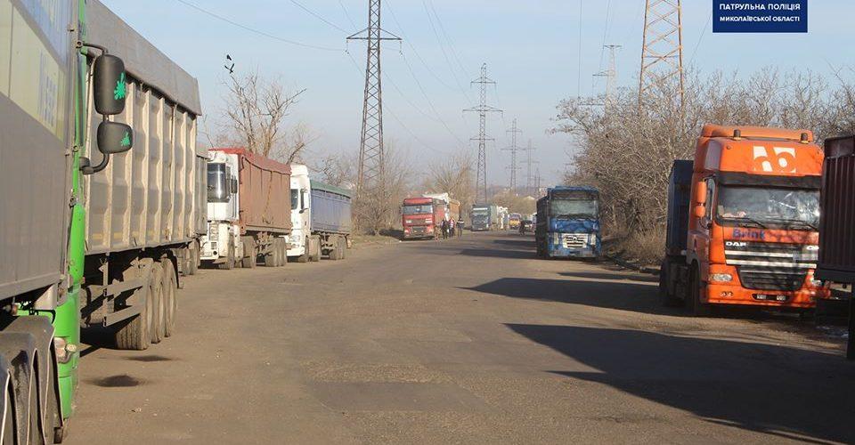 Поліція звернулась до міської влади Миколаєва з пропозицією негайно організувати місця відстою вантажівок