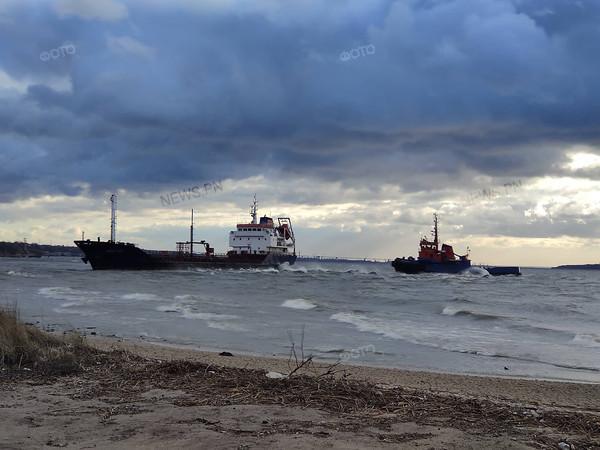 У Миколаєві танкер-контрабандист «Black fuel» сів на мілину біля берегу (Відео)