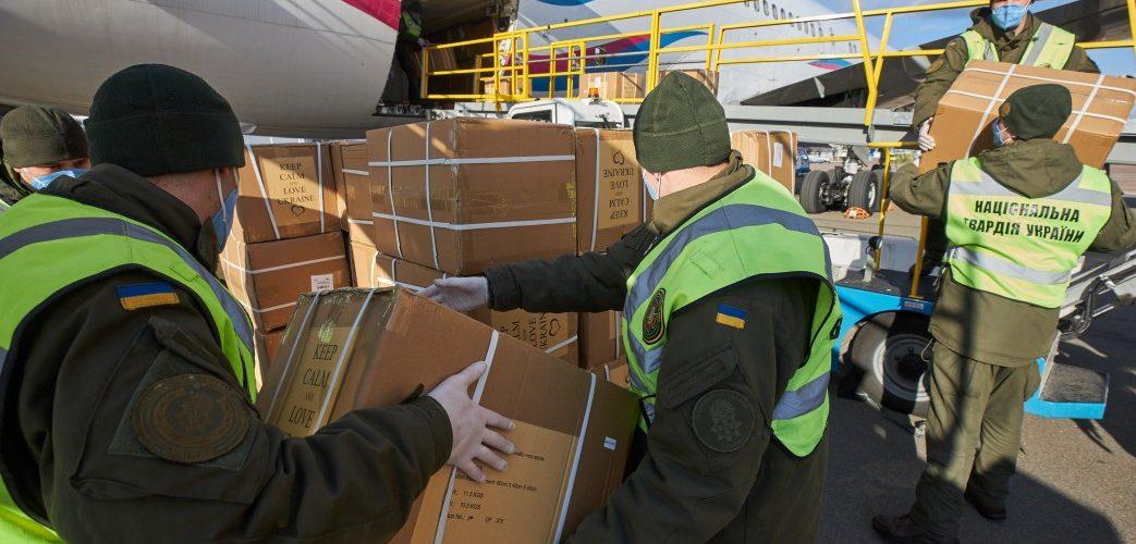 В Україну прибув літак з новою партією ПЛР-тестів та засобами захисту