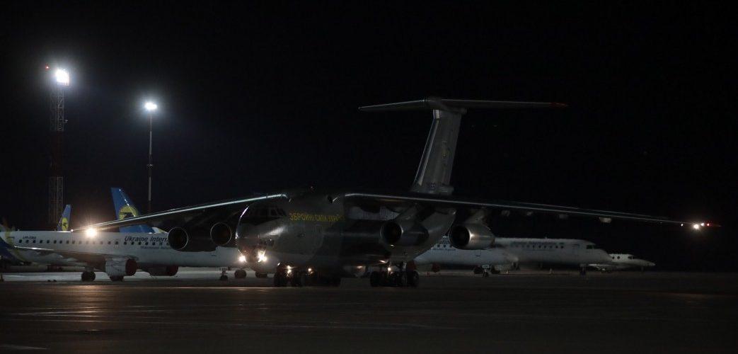 В Україну з Китаю прибув літак з партією тестів для виявлення коронавірусу