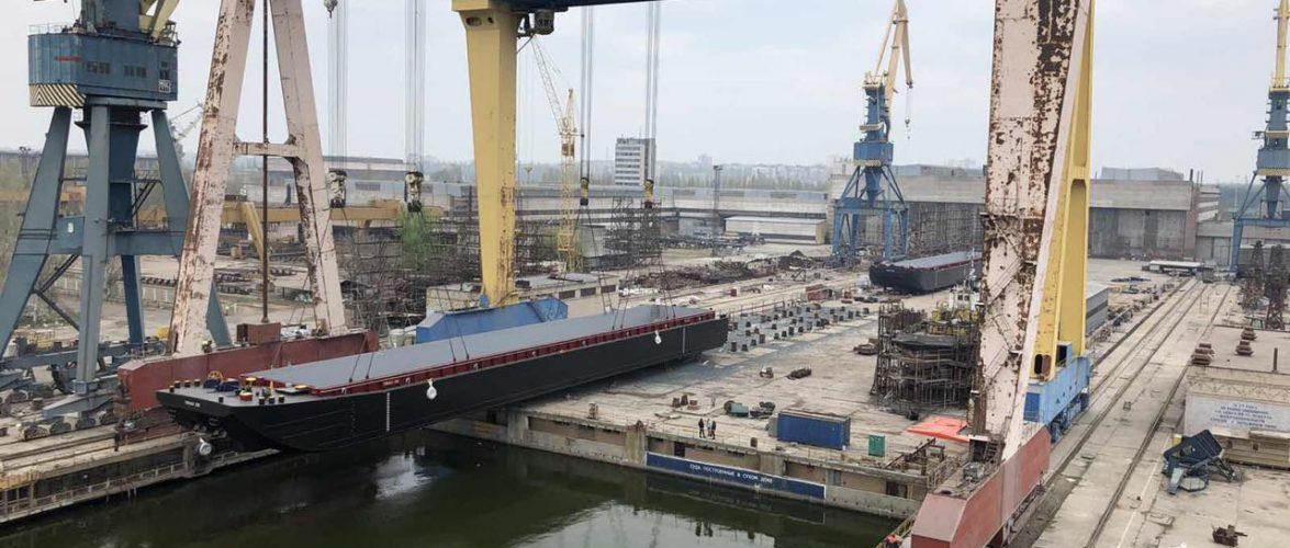 """Миколаївський суднобудівний завод """"Океан"""" урочисто спустив на воду дві баржі для """"Eurobulk"""""""