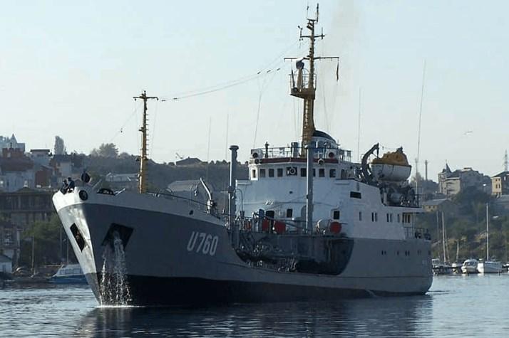 Танкер ВМС «Фастів» внаслідок розгерметизації корпусу ліг на борт в порту Очаків.