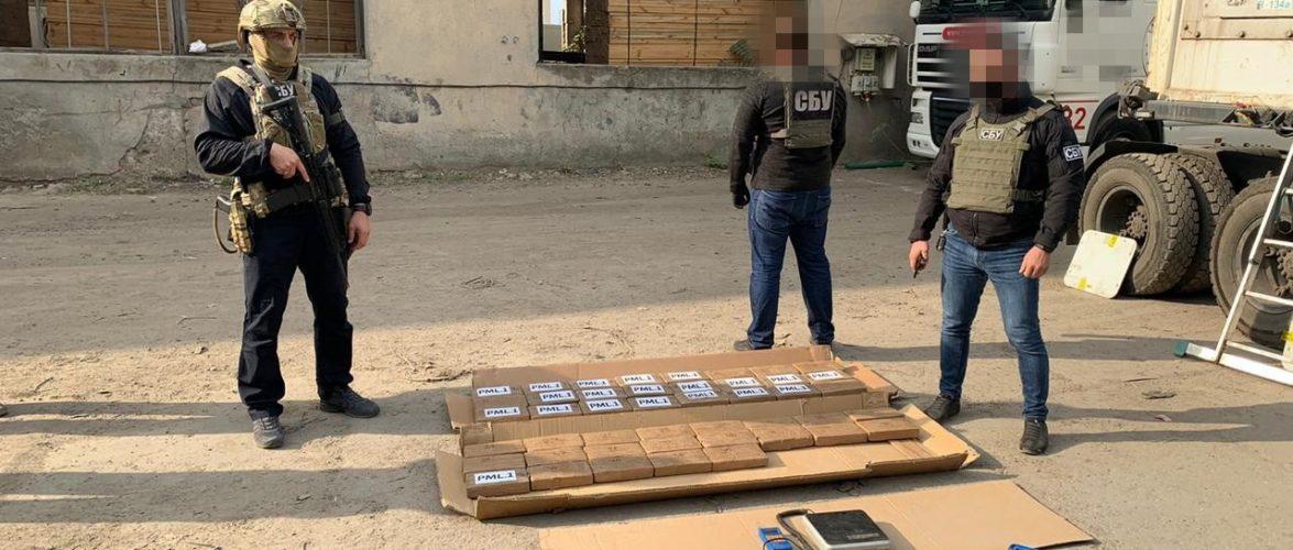 """Через порт """"Південний"""" намагались провезти 50 кіло кокаїну у контейнері з фруктами"""