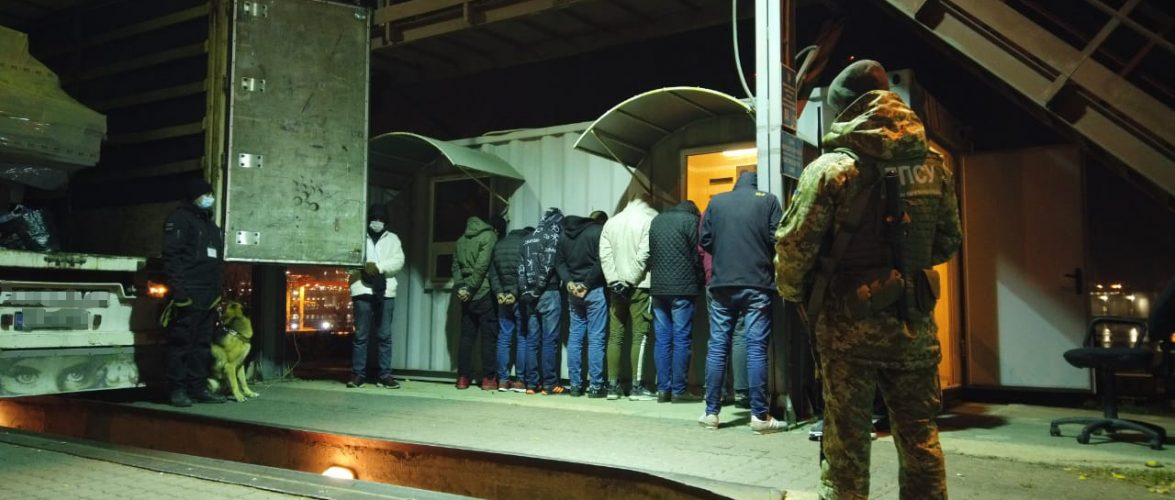 Прикордонники затримали групу нелегальних мігрантів у Чорноморському порту