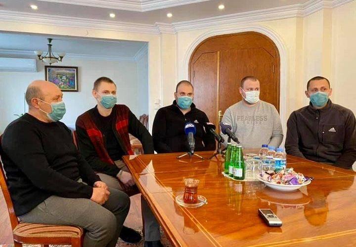"""Українські моряки, які були врятовані після затоплення суховантажу """"Averi"""" сьогодні повертаються додому"""