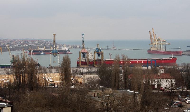 Станом на 15 лютого 2021 року в акваторії морського порту Чорноморськ біля причалів одночасно обробляються 6 суден