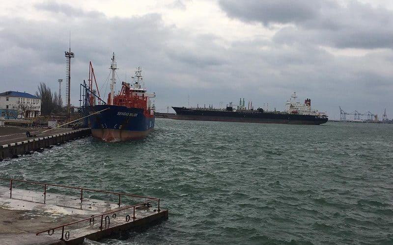 У Нафтогавані Одеського порту обробляються два танкера одночасно