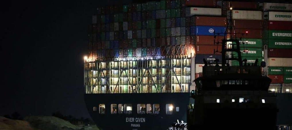 """(Оновлюється) Спроби звільнити контейнеровоз """"Ever Given"""", що блокує Суецький канал, продовжаться і в неділю (Вся історія)"""