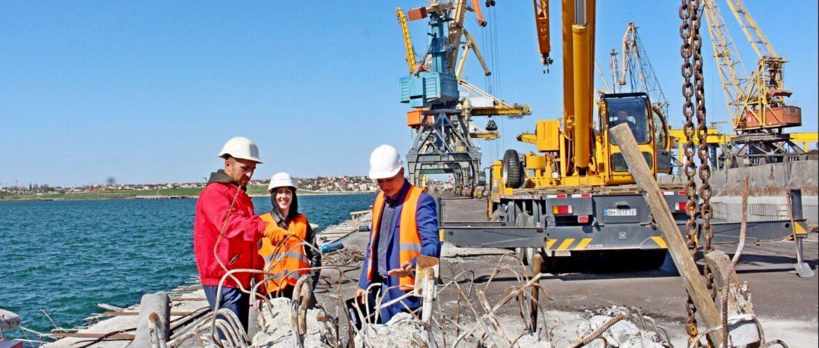 В порту Чорноморськ тривають ремонтні роботи на причалах та залізничних коліях