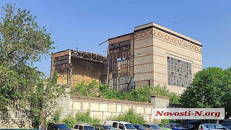 (ВІДЕО) На території Чорноморського суднобудівного заводу в Миколаєві обвалилася будівля цеху