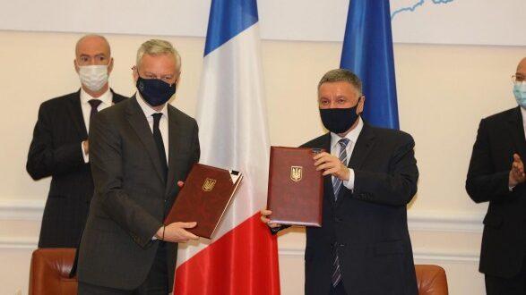 Україна та Франція підписали чотири угоди на суму 1,3 млрд євро, в т.ч. на придбання 130електровозів