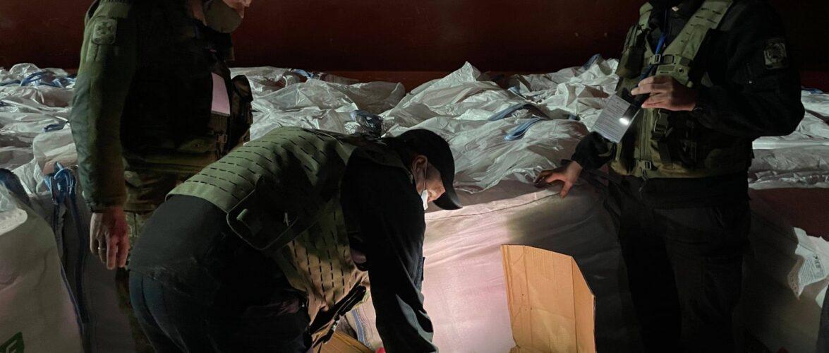 (ВІДЕО) На судні з цементом через Миколаївський порт намагались провезти 13 тонн контрабанди