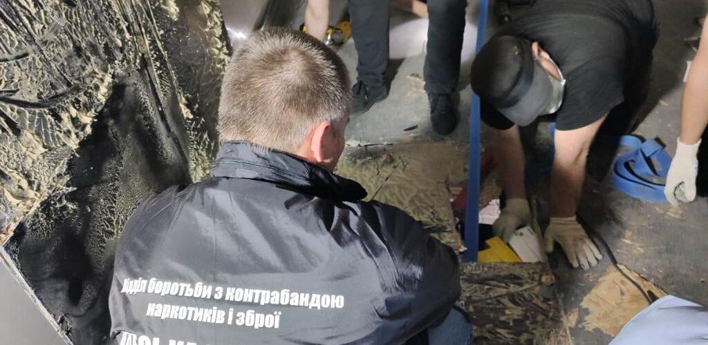 (Оновлено) У Чорноморському порту затримали вантажівки з контрабандними стіками «HEETS»
