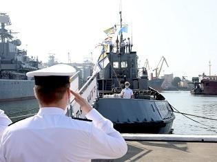 """На буксирі """"Яни Капу"""" ВМС ЗСУ піднято прапори з нагоди Дня кримськотатарського прапора"""