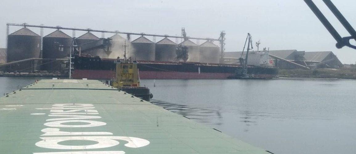 Найбільша баржа в Україні доставила ячмінь в порт Південний