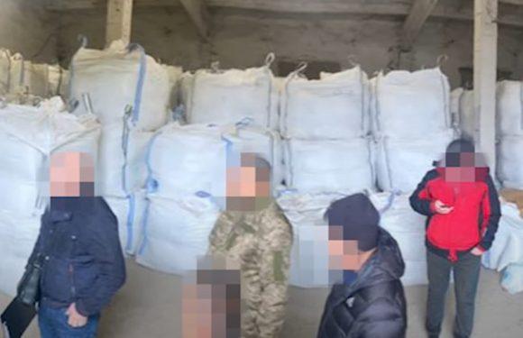 (ВІДЕО) Контрабандисти планували баржею вивезти через порт Ізмаїл цигарок на 27 мільйонів гривень – ДБР